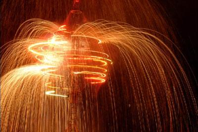 Les feux sont faits - Eine pyroszenische Bespielung des Turbinenplatzes in Zürich. Bachelorarbeit der ZHdK zusammen mit 10 Mitstudierenden unter der Leitung von Serge Lunin und Dodó Deér, 2008, 13/18