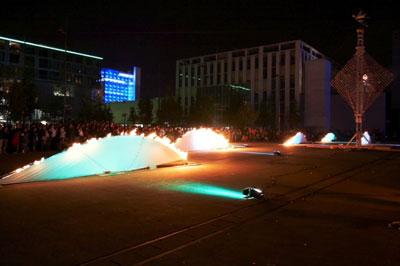 Les feux sont faits - Eine pyroszenische Bespielung des Turbinenplatzes in Zürich. Bachelorarbeit der ZHdK zusammen mit 10 Mitstudierenden unter der Leitung von Serge Lunin und Dodó Deér, 2008, 14/18