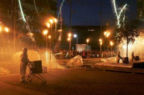 Les feux sont faits - Eine pyroszenische Bespielung des Turbinenplatzes in Zürich. Bachelorarbeit der ZHdK zusammen mit 10 Mitstudierenden unter der Leitung von Serge Lunin und Dodó Deér, 2008, 2/18