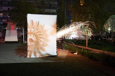 Les feux sont faits - Eine pyroszenische Bespielung des Turbinenplatzes in Zürich. Bachelorarbeit der ZHdK zusammen mit 10 Mitstudierenden unter der Leitung von Serge Lunin und Dodó Deér, 2008, 6/18