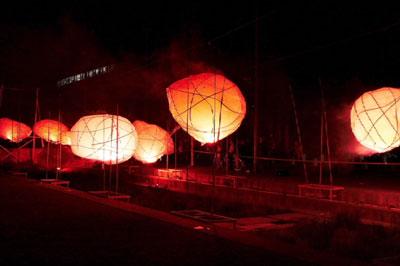 Les feux sont faits - Eine pyroszenische Bespielung des Turbinenplatzes in Zürich. Bachelorarbeit der ZHdK zusammen mit 10 Mitstudierenden unter der Leitung von Serge Lunin und Dodó Deér, 2008, 9/18